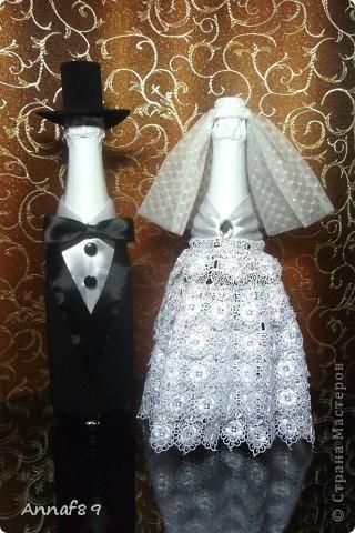 Решила сделать на свадьбу сестре что-нибудь оригинальное своими руками. Хотелось чтобы подарок символизировал создание новой семьи. Идею своего подарка я подсмотрела в интернете. Для подарка понадобилось лишь несколько видов тесьмы, кружево, небольшой кусок ткани, несколько пуговиц и 2 бутылки. Вот что из этого получилось фото 1