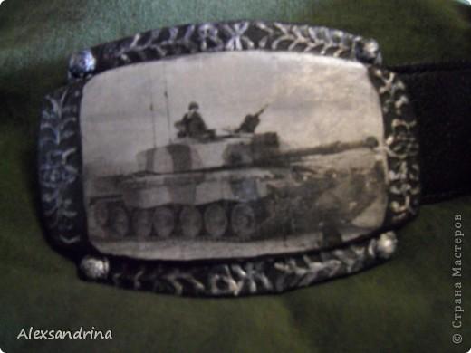 Подруга попросила к дню рождения мужа задекупировать пряжку для ремня. Обязательно с танком. Сделала распечатку, по краям пыталась изобразить чеканку... фото 2