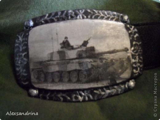 Подруга попросила к дню рождения мужа задекупировать пряжку для ремня. Обязательно с танком. Сделала распечатку, по краям пыталась изобразить чеканку... фото 3