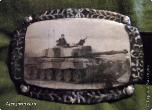 Подруга попросила к дню рождения мужа задекупировать пряжку для ремня. Обязательно с танком. Сделала распечатку, по краям пыталась изобразить чеканку... фото 1