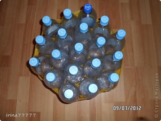 Вот решила сделать себе  легкие, удобные и мобильные пуфики, идею подсмотрела в интернете, а теперь воплотила в жизнь! Собираем бутылки, в моем пуфике получилось 19 литровых бутылок, все сматываем скотчем. фото 2