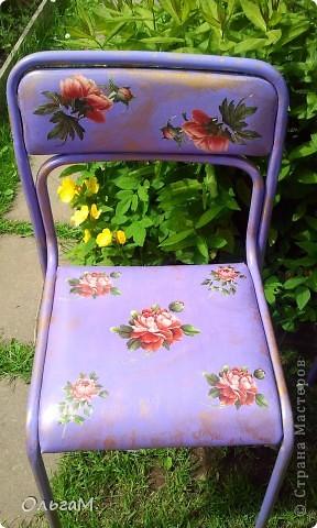 Это был старый стул из черного кожазаменителя с металическими ножками.  фото 1