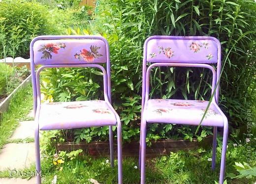 Это был старый стул из черного кожазаменителя с металическими ножками.  фото 2