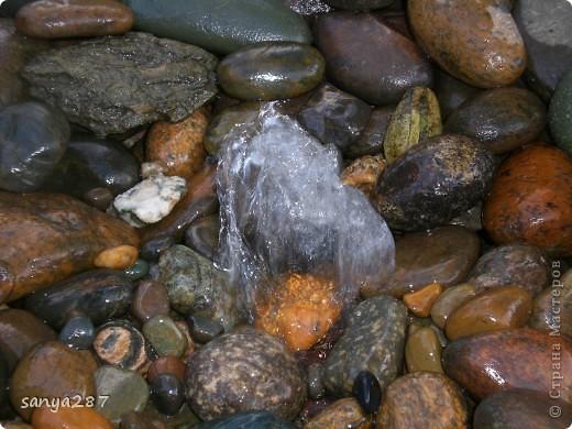 Этим летом нам захотелось, чтобы в саду появился небольшой водоем. Места для реализации идеи было немного, поэтому придумали вместо фонтана и прудика соорудить родничок, похожий на природный. Технология оказалась простой и не затратной, идею подсмотрели в интернете. Материалы: пластмассовый таз, насос для аквариума, различные камни. фото 5