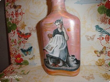 Здраствуйте мастера и мастерицы. Вот такой бутылочный микс у меня родился. использовала декупаж, дорисовка акриловыми красками, контуры. фото 5