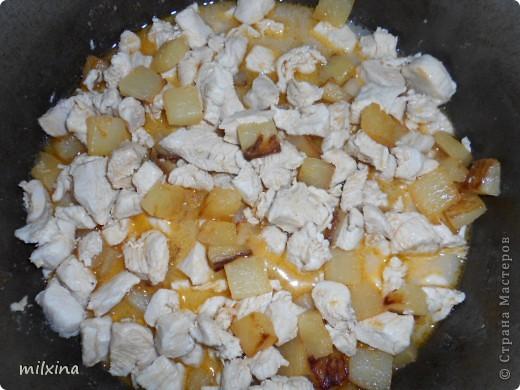 Ингридиенты: Ананас кусочками консервированный, куринная грудка, сыр, паприка, соль. Режем грудку кусочками + сок из под ананасов +паприка + соль тушим в жаровне минут 20.  фото 3