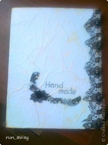 Готовый блокнот обтянула холстом. Картинку нарисовала на бумаге, которую тонировала кофе и обожгла по краям. Под рукой было немного гипюра, поэтому решила его использовать, отрезала не широкую полосочку и декорировала ей картинку фото 10
