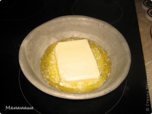 """Я не люблю долго готовить, но очень люблю вкусно есть И еще мне очень нравится встречать мужа вкусняшкой, глядя на которую думаешь """"Любимая целый день у плиты!"""" А на самом деле я засекла - замес теста, раскладывание по формам - ровно 8 минут Процесс выпекания я не считаю - плита без меня работает   Понадобится: 4 яйца (можно 3) пачка 200 гр. хорошего сливочного масла (с ним вкуснее чем с маргарином намного) стакан сахара примерно 2 стакана муки ваниль разрыхлитель теста или сода изюм кокао   Первым делом ставим на маленький огонь масло растапливать  фото 1"""