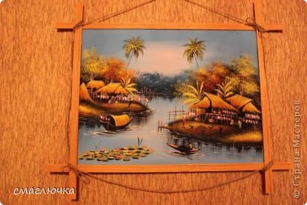 Сделала рамочку для картины,которая была привезена из Таиланда . Рамочка из газетных трубочек. Увидела в СМ такие рамочки и захотела попробовать сделать. Спасибо огромное хозяйке блога,что дала идею и прекрасный МК. Вот ссылка - http://stranamasterov.ru/node/312208?c=favorite фото 2