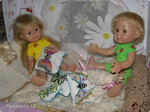 """Доброго времени суток, гости моего блога! Люблю я кукол! И шить на них полюбила, и вязать. Правда с шитьем у меня пока туго, но я учусь.  Дочка у меня больше """"барбями"""" своими увлечена. Вот только они никак моего вдохновения не дождутся, чтобы одежка какая-нибудь на них пошилась... Ну не придумывается у меня пока """"взрослая"""" одежда, а к малышне, такой, как Полинки, пока не знаю как с шитьем подступится. Нашли мы с дочкой в ящике двух куколок забытых, ростиком как Шурочка http://stranamasterov.ru/node/376895 . Покупались они для Иннуши, но играли мы ними как-то мало... Очень я обрадовалась (как раз мой размер!), выкупали, причесали и стали обновки шить. Это Евочка. Сарафанчик сзади на липучке, каркас шляпки (или как там правильно?) картонный. Позже поняла, что не очень удачная идея. Все-таки картон мнется, и стирать не понятно как... Лучше брать прозрачную такую штуку от упаковочных коробок, учту на будущее. Фото всего одно, не додумалась шляпку отдельно сфотографировать. Зато Евочка здесь красавица! фото 5"""