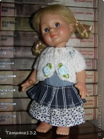 """Доброго времени суток, гости моего блога! Люблю я кукол! И шить на них полюбила, и вязать. Правда с шитьем у меня пока туго, но я учусь.  Дочка у меня больше """"барбями"""" своими увлечена. Вот только они никак моего вдохновения не дождутся, чтобы одежка какая-нибудь на них пошилась... Ну не придумывается у меня пока """"взрослая"""" одежда, а к малышне, такой, как Полинки, пока не знаю как с шитьем подступится. Нашли мы с дочкой в ящике двух куколок забытых, ростиком как Шурочка http://stranamasterov.ru/node/376895 . Покупались они для Иннуши, но играли мы ними как-то мало... Очень я обрадовалась (как раз мой размер!), выкупали, причесали и стали обновки шить. Это Евочка. Сарафанчик сзади на липучке, каркас шляпки (или как там правильно?) картонный. Позже поняла, что не очень удачная идея. Все-таки картон мнется, и стирать не понятно как... Лучше брать прозрачную такую штуку от упаковочных коробок, учту на будущее. Фото всего одно, не додумалась шляпку отдельно сфотографировать. Зато Евочка здесь красавица! фото 8"""