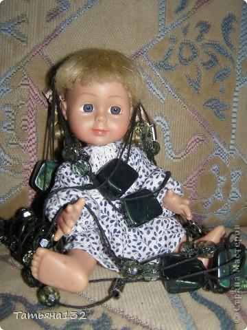"""Доброго времени суток, гости моего блога! Люблю я кукол! И шить на них полюбила, и вязать. Правда с шитьем у меня пока туго, но я учусь.  Дочка у меня больше """"барбями"""" своими увлечена. Вот только они никак моего вдохновения не дождутся, чтобы одежка какая-нибудь на них пошилась... Ну не придумывается у меня пока """"взрослая"""" одежда, а к малышне, такой, как Полинки, пока не знаю как с шитьем подступится. Нашли мы с дочкой в ящике двух куколок забытых, ростиком как Шурочка http://stranamasterov.ru/node/376895 . Покупались они для Иннуши, но играли мы ними как-то мало... Очень я обрадовалась (как раз мой размер!), выкупали, причесали и стали обновки шить. Это Евочка. Сарафанчик сзади на липучке, каркас шляпки (или как там правильно?) картонный. Позже поняла, что не очень удачная идея. Все-таки картон мнется, и стирать не понятно как... Лучше брать прозрачную такую штуку от упаковочных коробок, учту на будущее. Фото всего одно, не додумалась шляпку отдельно сфотографировать. Зато Евочка здесь красавица! фото 10"""
