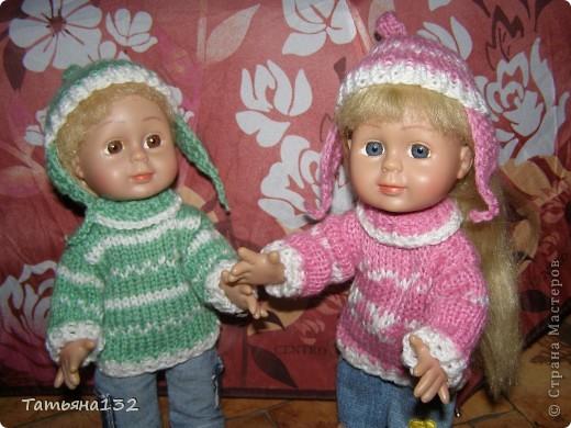 """Доброго времени суток, гости моего блога! Люблю я кукол! И шить на них полюбила, и вязать. Правда с шитьем у меня пока туго, но я учусь.  Дочка у меня больше """"барбями"""" своими увлечена. Вот только они никак моего вдохновения не дождутся, чтобы одежка какая-нибудь на них пошилась... Ну не придумывается у меня пока """"взрослая"""" одежда, а к малышне, такой, как Полинки, пока не знаю как с шитьем подступится. Нашли мы с дочкой в ящике двух куколок забытых, ростиком как Шурочка http://stranamasterov.ru/node/376895 . Покупались они для Иннуши, но играли мы ними как-то мало... Очень я обрадовалась (как раз мой размер!), выкупали, причесали и стали обновки шить. Это Евочка. Сарафанчик сзади на липучке, каркас шляпки (или как там правильно?) картонный. Позже поняла, что не очень удачная идея. Все-таки картон мнется, и стирать не понятно как... Лучше брать прозрачную такую штуку от упаковочных коробок, учту на будущее. Фото всего одно, не додумалась шляпку отдельно сфотографировать. Зато Евочка здесь красавица! фото 11"""