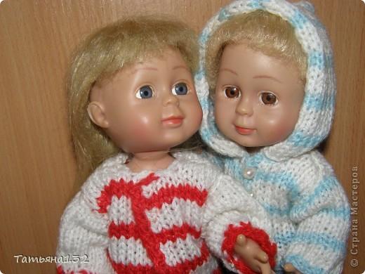 """Доброго времени суток, гости моего блога! Люблю я кукол! И шить на них полюбила, и вязать. Правда с шитьем у меня пока туго, но я учусь.  Дочка у меня больше """"барбями"""" своими увлечена. Вот только они никак моего вдохновения не дождутся, чтобы одежка какая-нибудь на них пошилась... Ну не придумывается у меня пока """"взрослая"""" одежда, а к малышне, такой, как Полинки, пока не знаю как с шитьем подступится. Нашли мы с дочкой в ящике двух куколок забытых, ростиком как Шурочка http://stranamasterov.ru/node/376895 . Покупались они для Иннуши, но играли мы ними как-то мало... Очень я обрадовалась (как раз мой размер!), выкупали, причесали и стали обновки шить. Это Евочка. Сарафанчик сзади на липучке, каркас шляпки (или как там правильно?) картонный. Позже поняла, что не очень удачная идея. Все-таки картон мнется, и стирать не понятно как... Лучше брать прозрачную такую штуку от упаковочных коробок, учту на будущее. Фото всего одно, не додумалась шляпку отдельно сфотографировать. Зато Евочка здесь красавица! фото 16"""