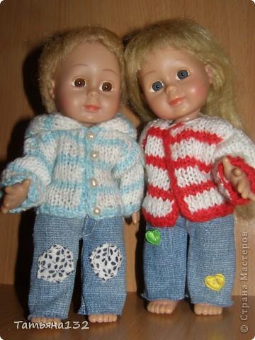 """Доброго времени суток, гости моего блога! Люблю я кукол! И шить на них полюбила, и вязать. Правда с шитьем у меня пока туго, но я учусь.  Дочка у меня больше """"барбями"""" своими увлечена. Вот только они никак моего вдохновения не дождутся, чтобы одежка какая-нибудь на них пошилась... Ну не придумывается у меня пока """"взрослая"""" одежда, а к малышне, такой, как Полинки, пока не знаю как с шитьем подступится. Нашли мы с дочкой в ящике двух куколок забытых, ростиком как Шурочка http://stranamasterov.ru/node/376895 . Покупались они для Иннуши, но играли мы ними как-то мало... Очень я обрадовалась (как раз мой размер!), выкупали, причесали и стали обновки шить. Это Евочка. Сарафанчик сзади на липучке, каркас шляпки (или как там правильно?) картонный. Позже поняла, что не очень удачная идея. Все-таки картон мнется, и стирать не понятно как... Лучше брать прозрачную такую штуку от упаковочных коробок, учту на будущее. Фото всего одно, не додумалась шляпку отдельно сфотографировать. Зато Евочка здесь красавица! фото 15"""