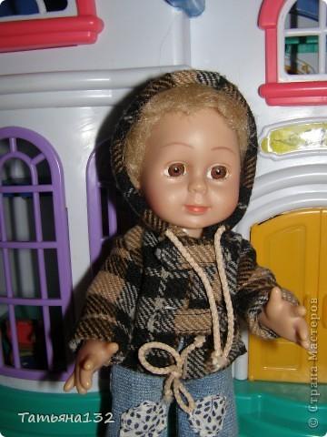 """Доброго времени суток, гости моего блога! Люблю я кукол! И шить на них полюбила, и вязать. Правда с шитьем у меня пока туго, но я учусь.  Дочка у меня больше """"барбями"""" своими увлечена. Вот только они никак моего вдохновения не дождутся, чтобы одежка какая-нибудь на них пошилась... Ну не придумывается у меня пока """"взрослая"""" одежда, а к малышне, такой, как Полинки, пока не знаю как с шитьем подступится. Нашли мы с дочкой в ящике двух куколок забытых, ростиком как Шурочка http://stranamasterov.ru/node/376895 . Покупались они для Иннуши, но играли мы ними как-то мало... Очень я обрадовалась (как раз мой размер!), выкупали, причесали и стали обновки шить. Это Евочка. Сарафанчик сзади на липучке, каркас шляпки (или как там правильно?) картонный. Позже поняла, что не очень удачная идея. Все-таки картон мнется, и стирать не понятно как... Лучше брать прозрачную такую штуку от упаковочных коробок, учту на будущее. Фото всего одно, не додумалась шляпку отдельно сфотографировать. Зато Евочка здесь красавица! фото 21"""