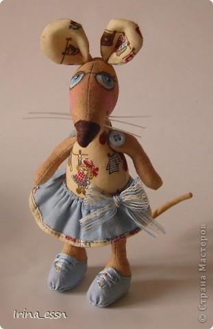 Добрый всем вечер или утро, или день ))))) Познакомьтесь -   у меня поселилась еще одна маленькая, но очень храбрая и воображулистая мышка )))  фото 1