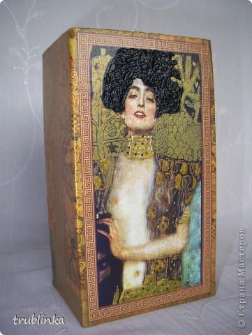 """Здравствуйте, дорогие Мастерицы! Представляю вашему вниманию очередную вазу и снова """"Климт"""". Ну никак без него. С двух сторон декупажная карта (никак не могла ее приспособить - размер ни то ни се, а здесь - самый раз. Поэтому и ваза родилась), на двух других - фрагменты салфетки того же Климта. Кое-где фацетный лак, золотой контур, змея - гель 3Д+ покрыта золотом. фото 4"""