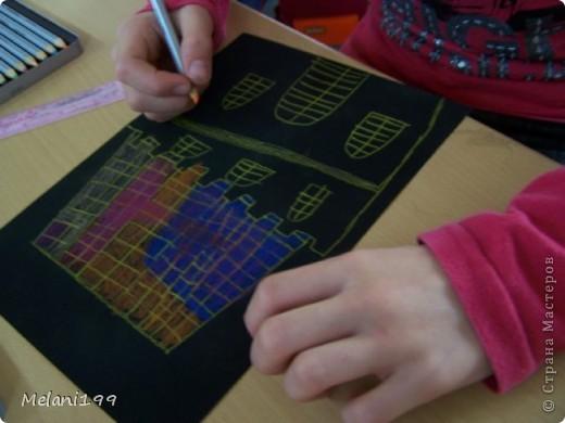 Это коллективная работа школьников 2классов. Сначало мы провели экскурсию по старым районам Берлина. Зытем на доске я нарисовала детям различные формы домов а также нарисовала несколько примеров как это выполнить в цвете .Каждый ребенок на свой выбор нарисовал на листе черной бумаги одно здание и раскрасил его цветными карандашами. фото 5