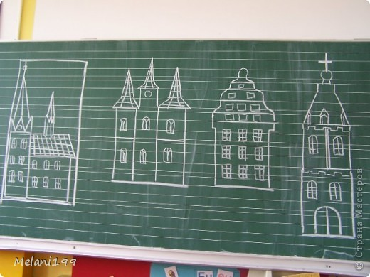 Это коллективная работа школьников 2классов. Сначало мы провели экскурсию по старым районам Берлина. Зытем на доске я нарисовала детям различные формы домов а также нарисовала несколько примеров как это выполнить в цвете .Каждый ребенок на свой выбор нарисовал на листе черной бумаги одно здание и раскрасил его цветными карандашами. фото 2