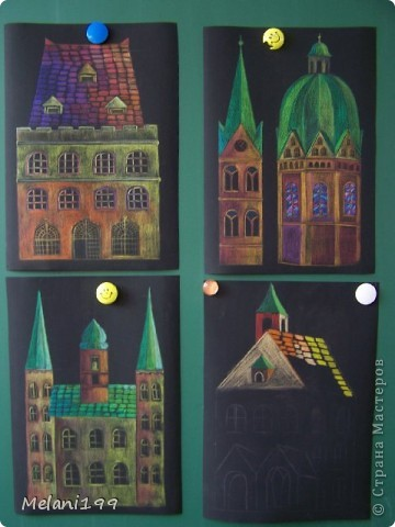 Это коллективная работа школьников 2классов. Сначало мы провели экскурсию по старым районам Берлина. Зытем на доске я нарисовала детям различные формы домов а также нарисовала несколько примеров как это выполнить в цвете .Каждый ребенок на свой выбор нарисовал на листе черной бумаги одно здание и раскрасил его цветными карандашами. фото 1