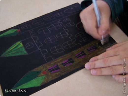 Это коллективная работа школьников 2классов. Сначало мы провели экскурсию по старым районам Берлина. Зытем на доске я нарисовала детям различные формы домов а также нарисовала несколько примеров как это выполнить в цвете .Каждый ребенок на свой выбор нарисовал на листе черной бумаги одно здание и раскрасил его цветными карандашами. фото 3
