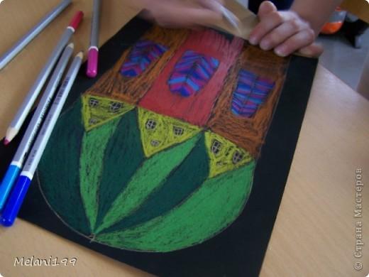 Это коллективная работа школьников 2классов. Сначало мы провели экскурсию по старым районам Берлина. Зытем на доске я нарисовала детям различные формы домов а также нарисовала несколько примеров как это выполнить в цвете .Каждый ребенок на свой выбор нарисовал на листе черной бумаги одно здание и раскрасил его цветными карандашами. фото 4