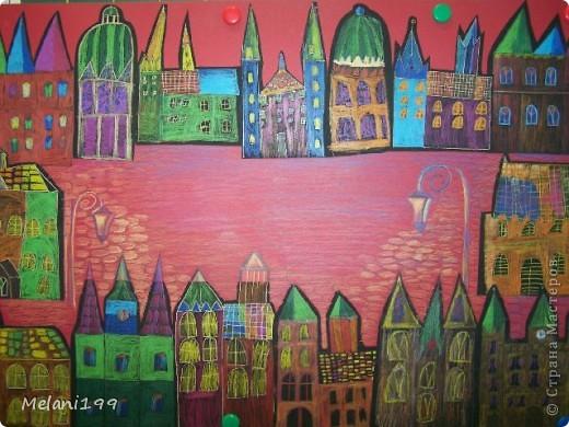 Это коллективная работа школьников 2классов. Сначало мы провели экскурсию по старым районам Берлина. Зытем на доске я нарисовала детям различные формы домов а также нарисовала несколько примеров как это выполнить в цвете .Каждый ребенок на свой выбор нарисовал на листе черной бумаги одно здание и раскрасил его цветными карандашами. фото 7