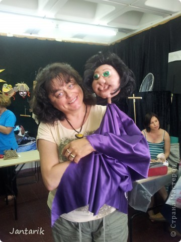 В этом году я продолжила учится делать кукол Предоставляю вашему вниманию несколько моментов моей учёбы.Учились мы сначала делать куклы из поролона. Очень долго учились как вырезать из целого куска шарик,ручки,ножки. Сначала куклы были в виде головы+рука. Здесь наша преподавательница объясняет мне и моей подруге как работать с такими куклами. фото 21
