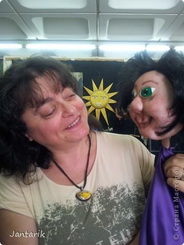 В этом году я продолжила учится делать кукол Предоставляю вашему вниманию несколько моментов моей учёбы.Учились мы сначала делать куклы из поролона. Очень долго учились как вырезать из целого куска шарик,ручки,ножки. Сначала куклы были в виде головы+рука. Здесь наша преподавательница объясняет мне и моей подруге как работать с такими куклами. фото 20