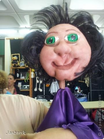 В этом году я продолжила учится делать кукол Предоставляю вашему вниманию несколько моментов моей учёбы.Учились мы сначала делать куклы из поролона. Очень долго учились как вырезать из целого куска шарик,ручки,ножки. Сначала куклы были в виде головы+рука. Здесь наша преподавательница объясняет мне и моей подруге как работать с такими куклами. фото 19