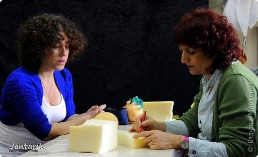 В этом году я продолжила учится делать кукол Предоставляю вашему вниманию несколько моментов моей учёбы.Учились мы сначала делать куклы из поролона. Очень долго учились как вырезать из целого куска шарик,ручки,ножки. Сначала куклы были в виде головы+рука. Здесь наша преподавательница объясняет мне и моей подруге как работать с такими куклами. фото 2