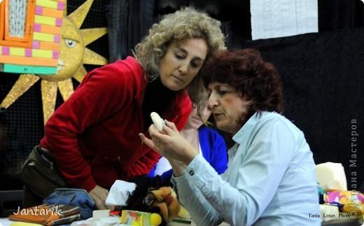 В этом году я продолжила учится делать кукол Предоставляю вашему вниманию несколько моментов моей учёбы.Учились мы сначала делать куклы из поролона. Очень долго учились как вырезать из целого куска шарик,ручки,ножки. Сначала куклы были в виде головы+рука. Здесь наша преподавательница объясняет мне и моей подруге как работать с такими куклами. фото 3