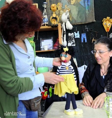 В этом году я продолжила учится делать кукол Предоставляю вашему вниманию несколько моментов моей учёбы.Учились мы сначала делать куклы из поролона. Очень долго учились как вырезать из целого куска шарик,ручки,ножки. Сначала куклы были в виде головы+рука. Здесь наша преподавательница объясняет мне и моей подруге как работать с такими куклами. фото 5