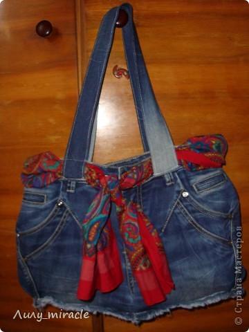 """Подруга отдала стопку старых джинсов со словами """"Ты что-то придумаешь"""") Ну вот, одни уже пошли в дело - сшила отличную летнюю сумку) фото 1"""