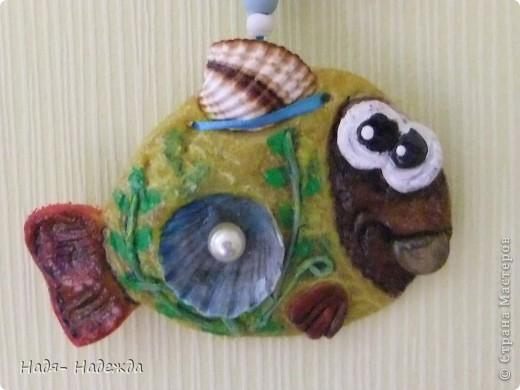 Добрый день , дорогие гости!!!Я очень рада, что заглянули ко мне!!!!Сегодня у меня рыбы- насмотрелась и решила себе налепить- продолжаю серию сокровищ....Использовала монеты, бусины, золотую краску и ракушки. фото 5