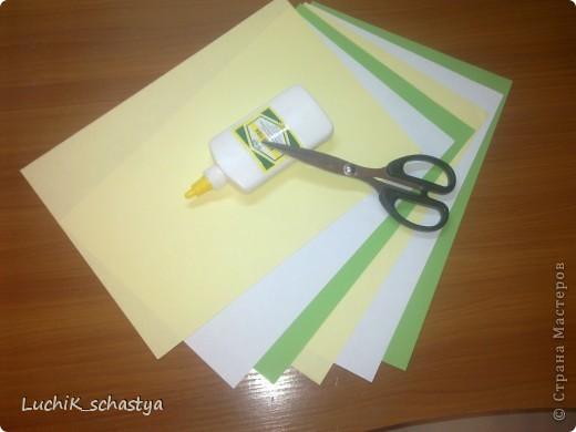 вот что нужно для нашей кусудамы!!! 2желтых листа,2 белых листа,2 зеленых листа,клей и ножницы и тогда получиться  наша милая кусудама)))) фото 1