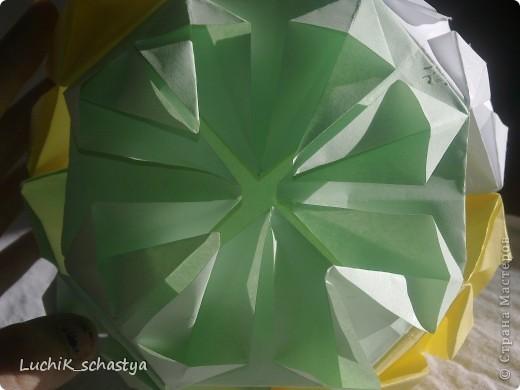 вот что нужно для нашей кусудамы!!! 2желтых листа,2 белых листа,2 зеленых листа,клей и ножницы и тогда получиться  наша милая кусудама)))) фото 2