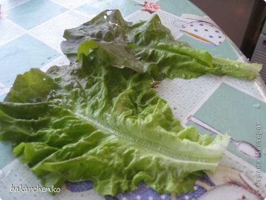 Берем листья салата. Выкладываем их на стол фото 1