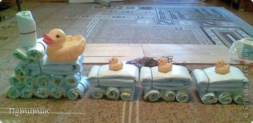 Вот такой паровозик получился для подруги - молодой мамы! и пинеточки из обоев! фото 3