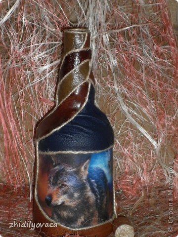 """Коллаж натуральной кожей на бутылке. В работе использовала клей """"Момент"""" прозрачный. На первом фото бутылка покрыта акриловым лаком- спреем. На остальных- ещё без покрытия. фото 6"""
