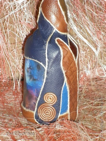 """Коллаж натуральной кожей на бутылке. В работе использовала клей """"Момент"""" прозрачный. На первом фото бутылка покрыта акриловым лаком- спреем. На остальных- ещё без покрытия. фото 3"""