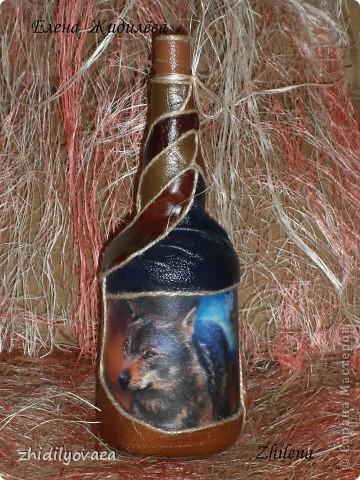 """Коллаж натуральной кожей на бутылке. В работе использовала клей """"Момент"""" прозрачный. На первом фото бутылка покрыта акриловым лаком- спреем. На остальных- ещё без покрытия. фото 1"""
