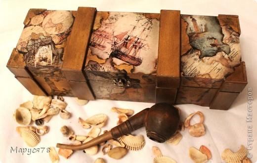 """Посетила новый МК в студии """"Светлица"""", это результат. Тема МК:""""Морской сундук-футляр для бутылки"""" (морение морилками+коллаж из распечаток+старение+работа со штампами) Фотографий много, надеюсь не утомлю Вас просмотром. На берегу моря  Какой простор, какой покой, какая власть, Какая бесконечная отрада! Я нагляжусь на море нынче всласть, И большего сегодня мне не надо.  Прохладной влагой обними меня, Укрой волной, качай, как в колыбели! Как притягательна мелодия твоя! Как утешительны волны твоей качели!  Люби меня и остуди мой пыл, Спрячь от людей, от жадности и лжи. Возьми меня с собой, чтоб я забыл, Какие ждут на суше виражи!  Прости мне слабость и прости грехи, Прости, что я какой-то не такой; Но если сможешь, верить помоги, Что на земле я тоже не чужой.  Е. Нацаренус фото 6"""