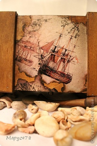 """Посетила новый МК в студии """"Светлица"""", это результат. Тема МК:""""Морской сундук-футляр для бутылки"""" (морение морилками+коллаж из распечаток+старение+работа со штампами) Фотографий много, надеюсь не утомлю Вас просмотром. На берегу моря  Какой простор, какой покой, какая власть, Какая бесконечная отрада! Я нагляжусь на море нынче всласть, И большего сегодня мне не надо.  Прохладной влагой обними меня, Укрой волной, качай, как в колыбели! Как притягательна мелодия твоя! Как утешительны волны твоей качели!  Люби меня и остуди мой пыл, Спрячь от людей, от жадности и лжи. Возьми меня с собой, чтоб я забыл, Какие ждут на суше виражи!  Прости мне слабость и прости грехи, Прости, что я какой-то не такой; Но если сможешь, верить помоги, Что на земле я тоже не чужой.  Е. Нацаренус фото 11"""