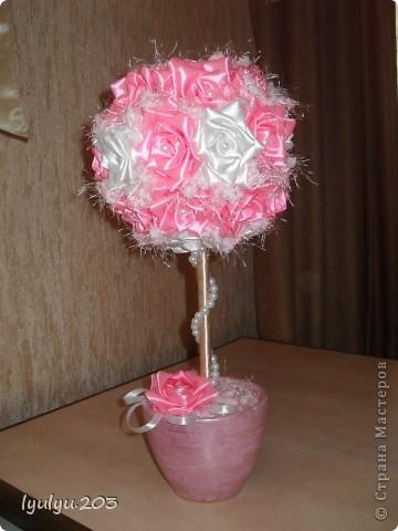 Мой первый топиарий! Сделан в подарок на день рождения сестры. Розочки училась делать по этому МК: http://stranamasterov.ru/node/241463?c=favorite. Спасибо огромное за доступное и понятное объяснение!  фото 4