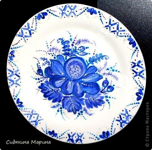 Роспись выполнена на белой керамической тарелке гуашью и покрыто лаком. фото 1