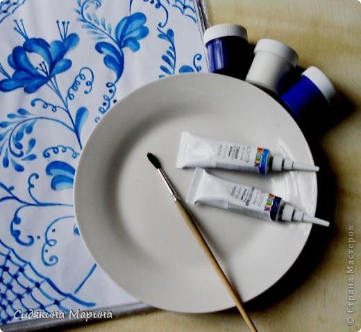 Роспись выполнена на белой керамической тарелке гуашью и покрыто лаком. фото 2
