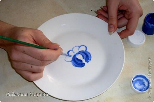 Роспись выполнена на белой керамической тарелке гуашью и покрыто лаком. фото 3