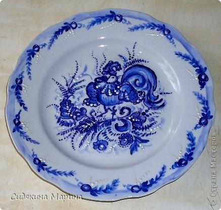 Роспись выполнена на белой керамической тарелке гуашью и покрыто лаком. фото 4